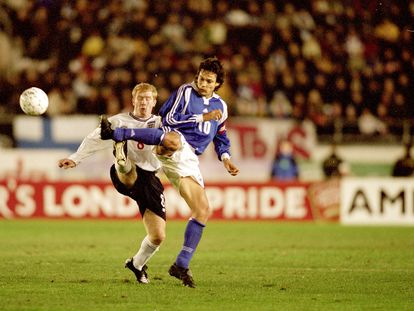 Litmanen, ante Scholes en el Mundial 2002.