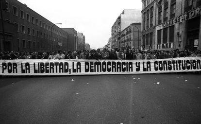 """Cabeza de la manifestación que, bajo el lema """"Por la libertad, la democracia y la Constitución"""", recorrió las calles de Madrid el 27 de febrero de 1981 en contra del intento de golpe de Estado del 23-F"""