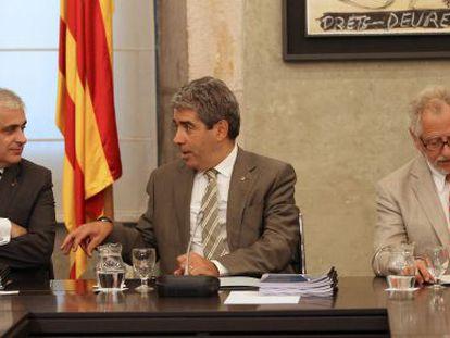 El consejero de Justicia, Germà Gordó (izquierda), junto al portavoz del Gobierno, Francesc Homs y Carles Viver Pi-Sunyer.