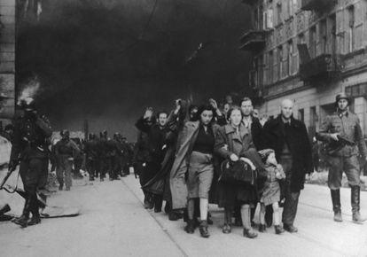 Judíos detenidos por los nazis durante la destrucción del gueto de Varsovia, en 1943.