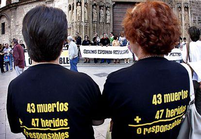 Concentración por las víctimas del metro de Valencia en la plaza de la Virgen de Valencia en junio de 2008.