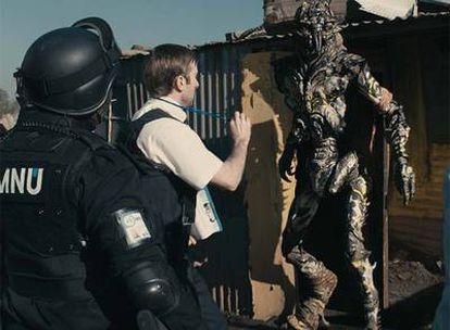 En el centro, el actor Shartlo Copley, en un fotograma de <i>District 9.</i>
