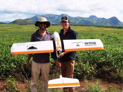 Los dos fundadores sudafricanos de 3Drone Mapping durante el mapeado con dron de terrenos agrícolas en el norte de Uganda.