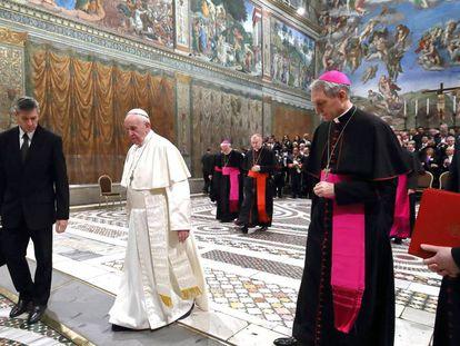 El papa Francisco, con los embajadores del Vaticano, el pasado lunes en la Capilla Sixtina.