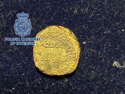 El dinar de oro acuñado en la Córdoba musulmana de principios del siglo VIII, en una imagen de la policía.