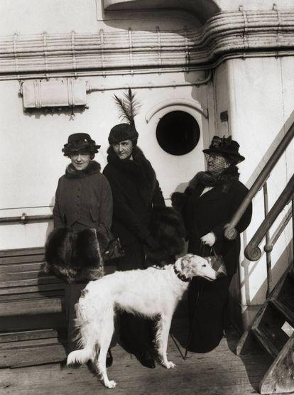 Elsie de Wolfe con su pareja, Elizabeth Marbury, y Anne Morgan, hija de J.P. Morgan (en el centro), en 1913. |
