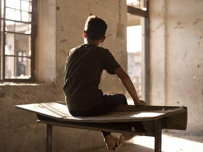 Un niño en una de las aulas atacadas de una escuela primaria de Nabi, Irak.