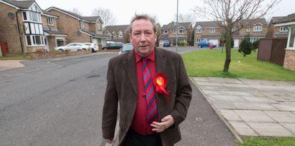 El laborista Jim Sheridan hace campaña en Ferguslie.