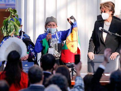 La doctora Elisa Loncón da un discurso tras ser elegida presidenta de la convención constituyente de Chile.