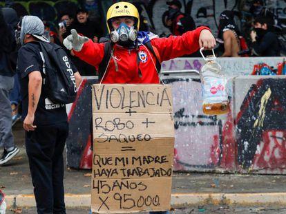 Un manifestante en contra de las políticas económicas en Chile.