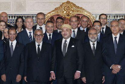 El rey de Marruecos, flanqueado por el nuevo gabinete.