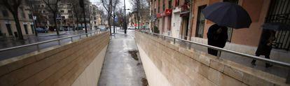 Acceso al parking ilegal de Aranjuez en la calle del Rey.