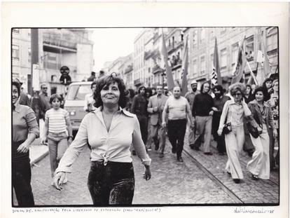Amália Rodrigues, en una manifestación convocada en 1975 por el Partido Comunista de Portugal por el llamado 'caso República'.