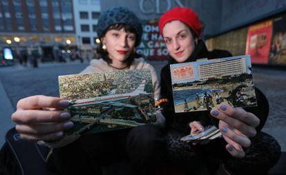 Carmen Peña y Andrea Yoko, en la plaza de Lavapiés de Madrid con las postales.