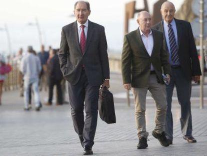 El abogado surafricano Brian Currin, a la izquierda, este jueves en San Sebastián.