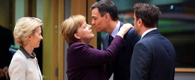La canciller alemana, Angela Merkel, saluda al presidente de España, Pedro Sánchez, junto a la presidenta de la Comisión Europea, Ursula von der Leyen, y al primer ministro de Luxemburgo, Xavier Bettel.