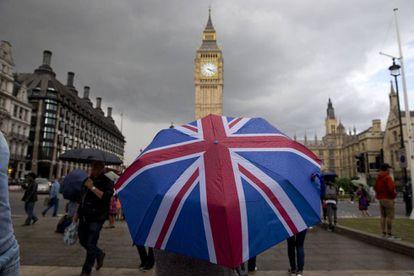 Un ciudadano pasea con un paraguas con la bandera británica, el pasado junio.