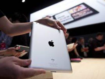 En la imagen, una persona muestra un iPad. EFE/Archivo