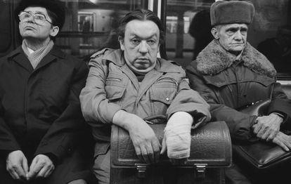 Fotografía tomada por Harald Hauswald en 1987 en una estación de la línea A del metro de Berlín Este.