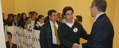 El alcalde recibe a los compañeros de Álvaro Ussía en el Palacio de Cibeles.