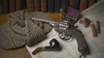 Una vitrina de la exposición de Londres dedicada a Sherlock Holmes.