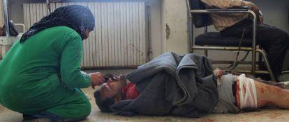 Un hombre herido en los bombardeos es atendido en Idlib