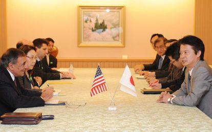 El secretario de Defensa de EEUU, Leon Panetta (Izda.) se reunió con el ministro de Exteriores de Japón, Koichiro Gemba (Dcha.) en Tokio.