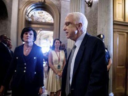 El antiguo héroe de guerra y candidato a la presidencia lamenta la incapacidad partidista de llegar a acuerdos. Sus compañeros le ovacionan