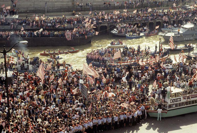 Miles de aficionados saludan a los campeones de Liga y Copa que, a bordo de la gabarra Athletic, recorren la ría.