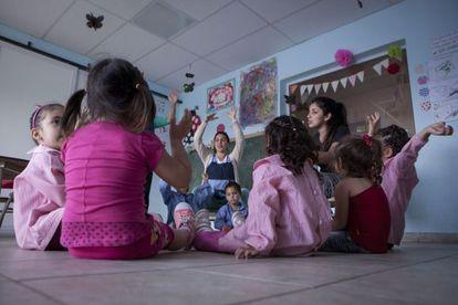 Una clase de un centro de desarrollo infanto familiar del municipio bonaerense de San Miguel, al que asisten niños desde 45 días a tres años.