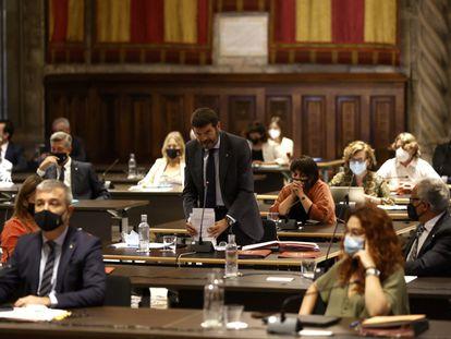 El teniente de alcalde de Seguridad del Ayuntamiento de Barcelona, Albert Batlle, durante el pleno sobre la gestión de los botellones.