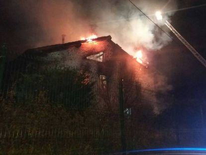 La vivienda incendiada este martes en Bárcena de Cicero (Cantabria)