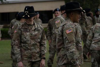 Soldados descansan al concluir una ceremonia de cambio de mando en la base militar de Fort Hood.