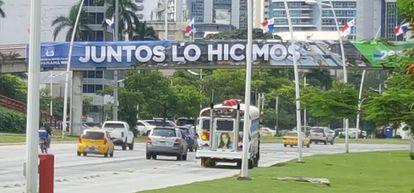 """Cartel de """"Juntos lo hicimos"""" en las calles de la ciudad de Panamá, en conmemoración de la apertura del Canal ampliado."""