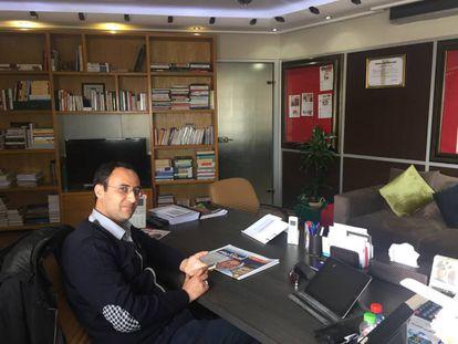 Yunes Meskine, director del diario 'Ajbar al Yaum' hasta el pasado febrero, en su despacho del periódico en mayo de 2018.