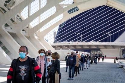 Una fila de personas a la espera de entrar en el Museo de las Ciencias de Valencia para ser vacunados, este lunes.