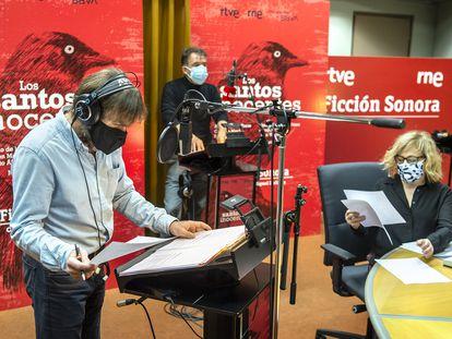 Antonio de la Torre, José Luis García y Carmen Machi durante la grabación de 'Los santos inocentes' en un estudio de RNE.