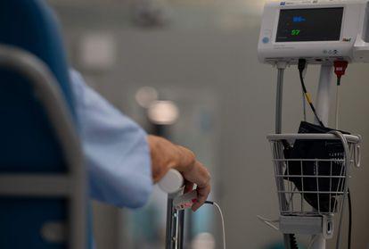 Paciente en el centro de emergencias Enfermera Isabel Zendal, en Madrid, el 19 de abril de 2021.