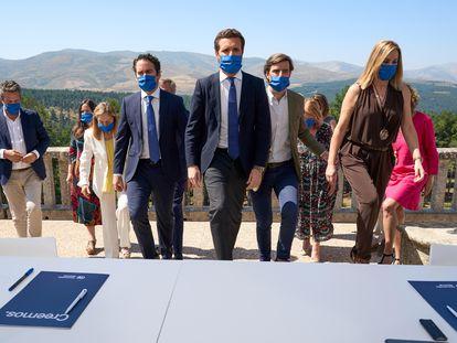 El presidente del PP, Pablo Casado, en el centro, junto miembros destacados del partido, antes de celebrarse el Comité de Dirección en el Parador de Gredos (Ávila).