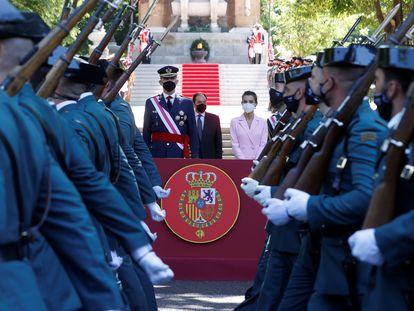 Los reyes Felipe VI y Letizia presiden en acto del Día de las Fuerzas Armadas en la madrileña Plaza de la Lealtad.