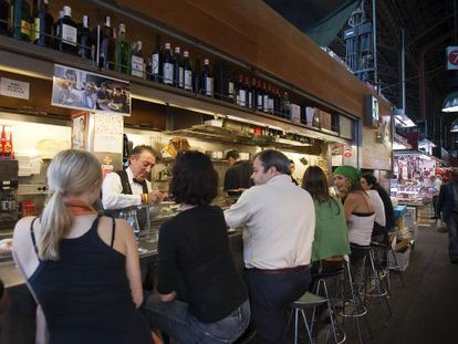 El  bar Pinocho, en el mercado de la Boqueria de Barcelona.