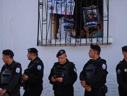 Oficiales antidisturbios cercan el acceso a la parroquia San Miguel Arcángel, en Masaya.