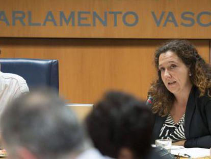 La directora de Víctimas y Derechos Humanos del Gobierno Vasco, Monika Hernando, a la derecha, este lunes en su comparecencia en el Parlamento vasco.