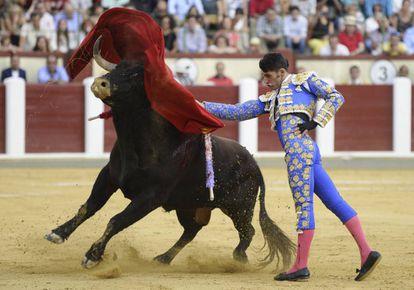 Alejandro Talavante da un pase de pecho en su segundo toro.