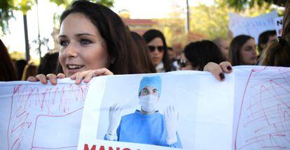 Médicos MIR, la semana pasada, en una manifestación en Sevilla.