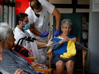 Un sanitario vacuna a una anciana, el pasado 21 de septiembre en una residencia en Terrassa (Barcelona).
