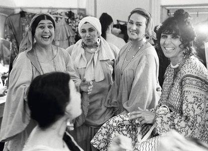 Un grupo de actrices del Teatro Romen de Drama y Música Romaní de Moscú, en un descanso de los ensayos.