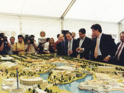 Presentación de una maqueta de Terra Mítica en 1999 a la que asistió Zaplana.