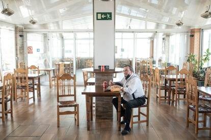 Jesús Carlos almuerza en el comedor vacío del restaurante la Venta de Meco, en la A-2, cerca de la frontera entre Guadalajara y Madrid.