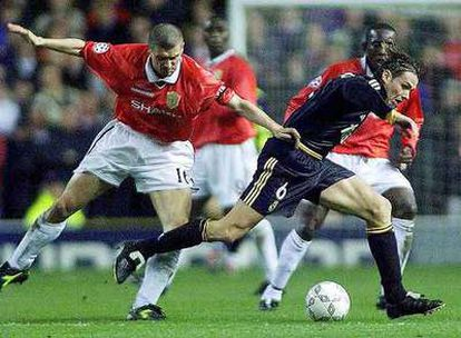 Roy Keane persigue a Redondo en Old Trafford.